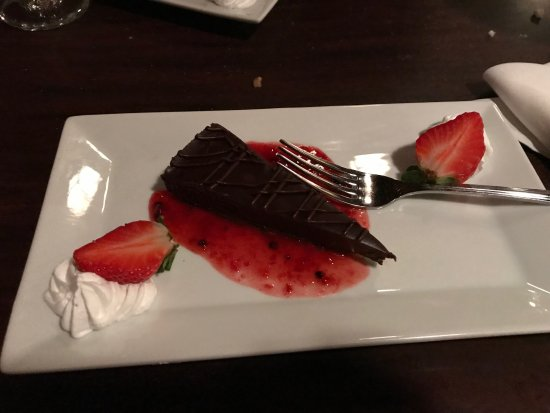 Ellwood City, Pensilvania: Chocolate Torte with Berry Compote