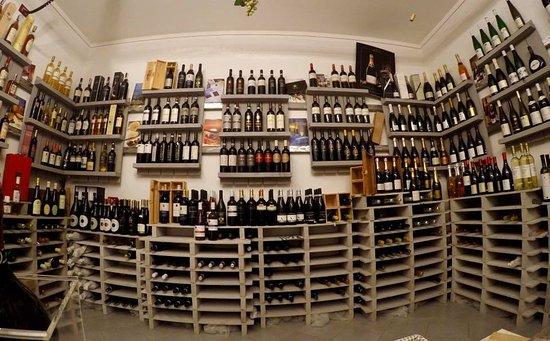 Carpenedolo, إيطاليا: Enoteca con vini (e non solo) di alta qualità che soddisfa ogni gusto!