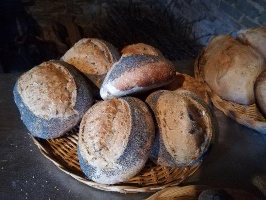Le Mesnil-Gilbert, France: pain cuit au four à bois