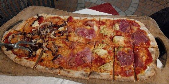 Lomazzo, Italia: Mezzo metro di pizza, 4 gusti