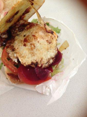 Clifton Beach, Austrália: Burger with the lot - and it was a lot!