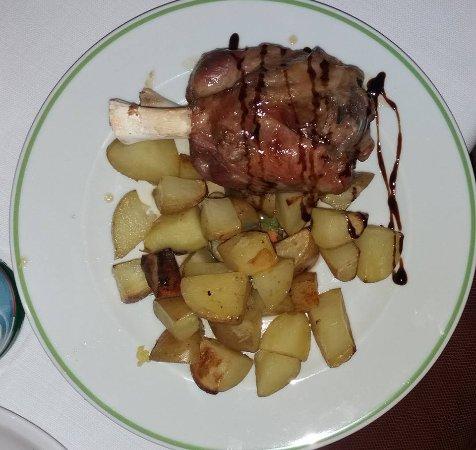 Zafferana Etnea, Italy: Stinco di maiale con patate al forno