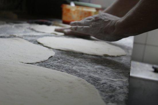 Capolona, Italia: le pizze si lavorano a mano!!! dal dini