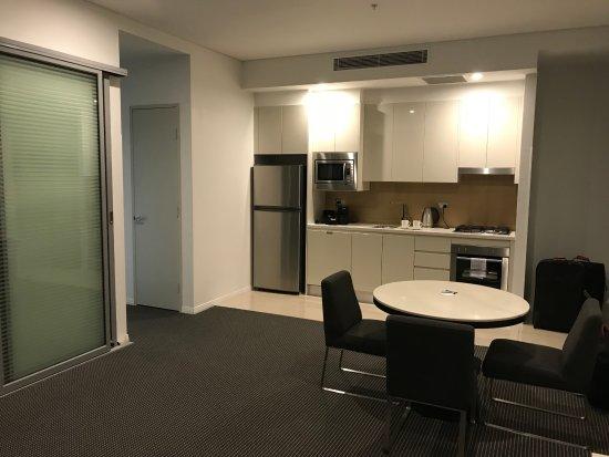 Meriton Suites Herschel Street, Brisbane: Living room and kichen