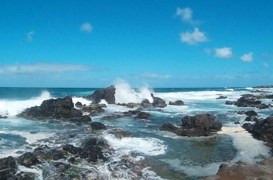Paia, Havai: walk down to rocky shoreline