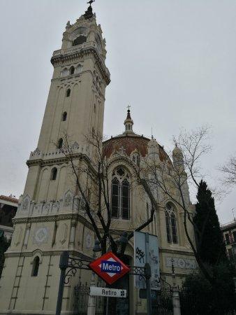 Iglesia de San Manuel y San Benito : Fachada y torre.