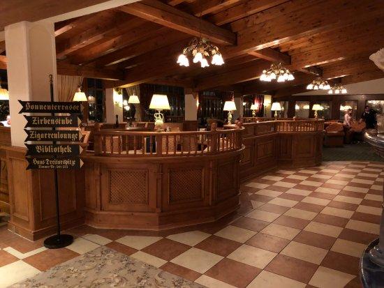 Alpenpark Resort: Aufenthaltsraum mit Bar