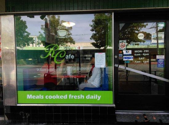 Reservoir, Australien: The front window shows opening times. Wide doorway with ramp