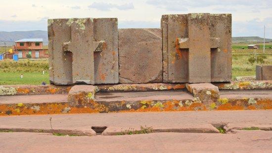 Tiahuanaco, Bolivia: Puma Punku: le pietre venivano incastrate senza malta, usando a volte ganci metallici colati in