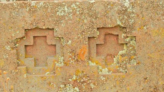 Tiahuanaco, Bolivia: Puma Punku: speciali disegni a croce e a H caratterizzano molti massi