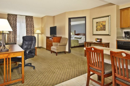 Staybridge Suites Toronto Mississauga: Guest room