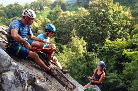 Viagem de um dia em grupo pequeno Aventura de escalada em contraforte...