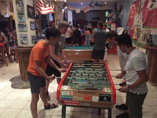 Surf Club Sports Bar: Everyone enjoying the games.