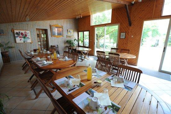 Benet, France: Petit déjeuner à la ferme, jus de pomme et confitures maison.