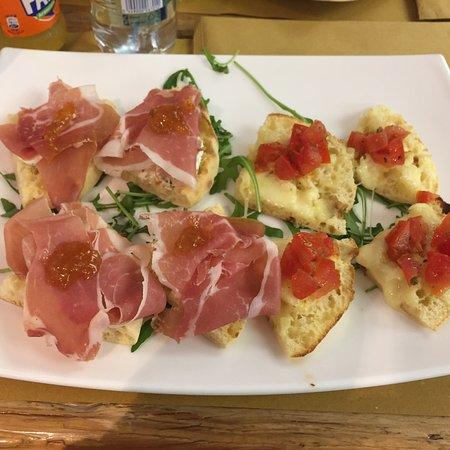 Sona, Italien: Puccia bruschetta gourmet 😍