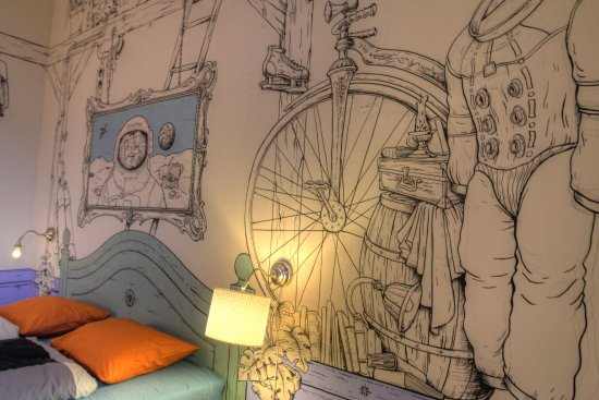 Lavender Circus Hostel: hand drawing on the wall in the rooms