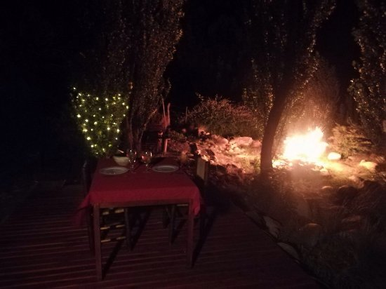 Tunuyan, Argentina: Our dinner table at the deck next to the stream