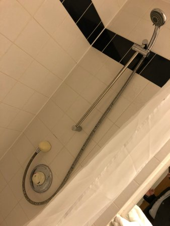Little Horwood, UK: Shower dated and very low pressure - you had to stand right underneath it..