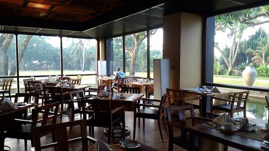 Heritance Ahungalla: 餐廳外滿滿綠意