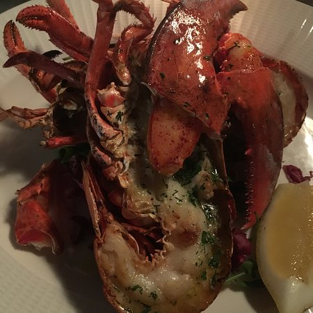 Trawler Trash: Main: whole lobster with garlic butter and fries