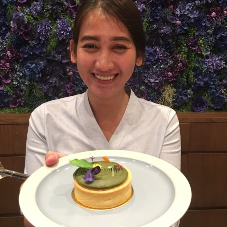 AYANA Midplaza JAKARTA: ジャカルタにあるブルーテラスのスタッフ達 とてもフレンドリーで、居心地いいお店ですよ。 ヘルシー料理を作るお店で、日本の方々もたくさん来ているようです。 来週再びジャカルタ来ますが、泊まりは間