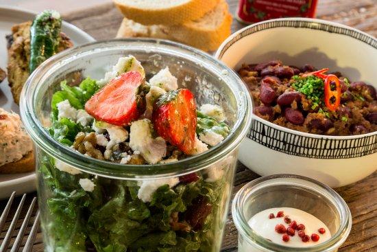 Salad w. fresh berries & mintsalsa