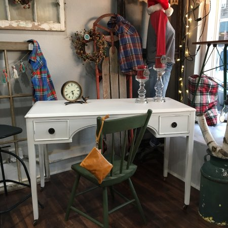 Kalona, IA: Vintage painted furniture and Iowa shirts and hoodies!!!