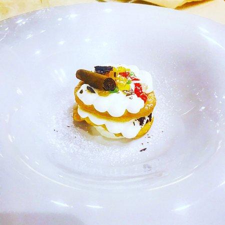 Santa Maria di Licodia, Italia: Cannolo aperto con crema di ricotta, scagliette di cioccolato fondente e piccoli frutti canditi
