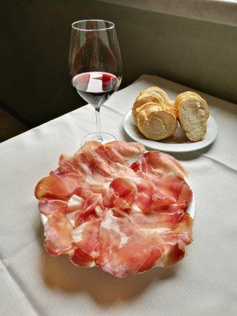 Felegara, إيطاليا: Tagliere di Culatello di Zibello e calice di vino