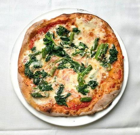 Felegara, Italia: Pizza Maison con pomodoro, mozzarella vaccina, asparagi, spinaci, ricotta stagionata