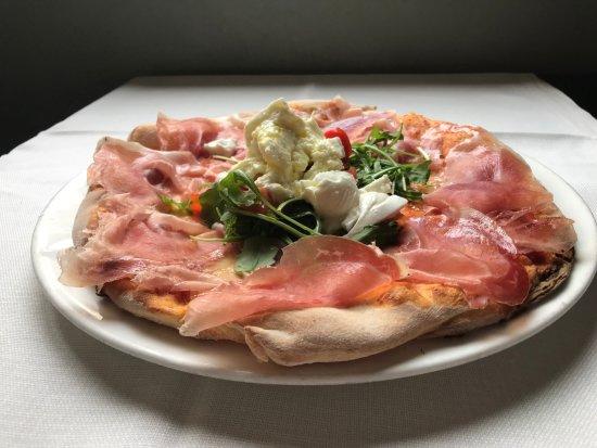 Felegara, Italia: Pizza Prosit con pomodoro, mozzarella, culatello di Zibello, rucola, pomodorini freschi, bufala