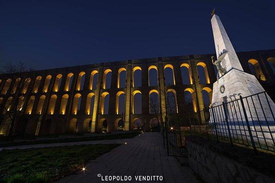 Ponti della Valle - Acquedotto Carolino: L'acquedotto Carolino (noto anche come acquedotto di Vanvitelli) è l'acquedotto nato per aliment