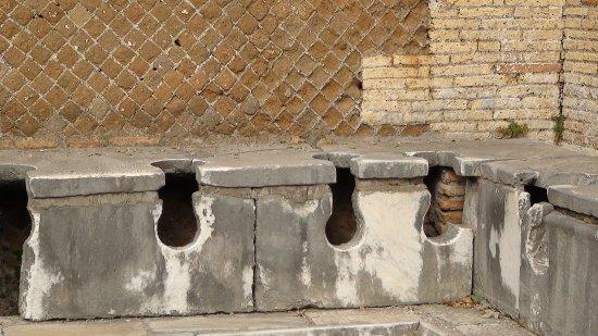 Ostia Antica, Italie : les latrines