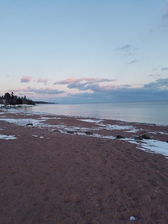 Best Western Plus Superior Inn: Sandy shoreline in back of hotel