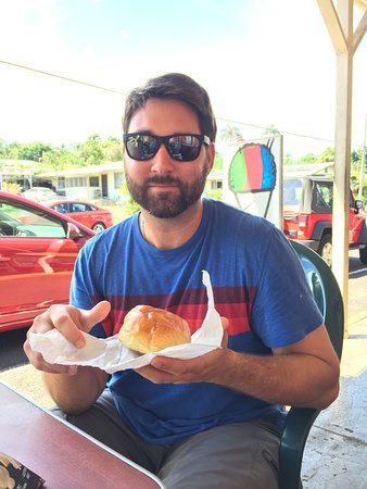 """Honomu, Hawái: """"pork sandwich""""-lots of bread, but there was meat in the middle."""