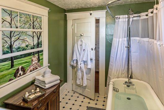 Fulton House Bed & Breakfast: Blue Heron Bath with original claw tub
