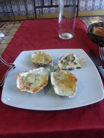 Restaurant Cote Sud: 4 oysters grilled with leek and cheese..starter in the 12.90 menu