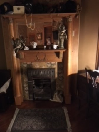The Queen - A Victorian Bed and Breakfast : we had a wonderful working fireplace in our room (Annie).