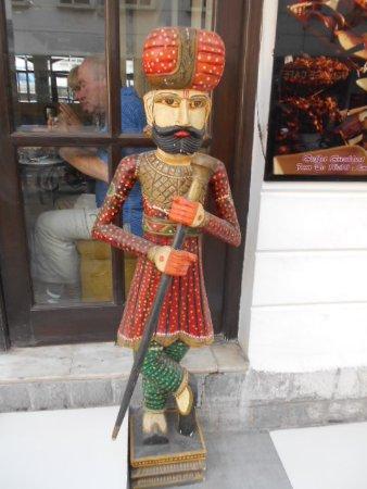 Hotel Ajanta: Hotellutsmyckning utanför entrèn..
