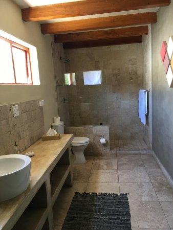Mimosa Lodge : Ruime badkamer