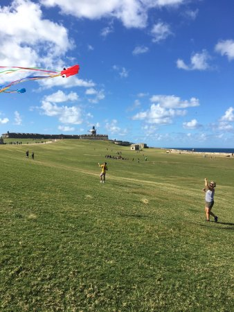 Site historique national de San Juan : Flying a kite with my friends son at El Morro. Bucket List item done!