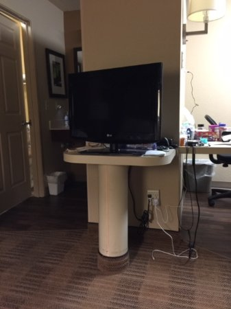 Maitland, Floride : This TV stand should be a dresser. What a waste of space.