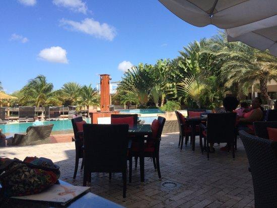 ACOYA Curacao Resort, Villas & Spa: Het is raadzaam om onder de parasols te zitten i.v.m regen