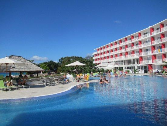 Swimming pool vor dem hotel picture of royal decameron cornwall beach montego bay tripadvisor for Hotels with swimming pools in cornwall