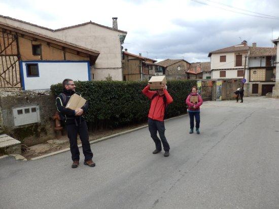 San Martin del Castanar, Испания: Los porteadores.... llevando las cajas de botellas de versos compradas en la bodega......