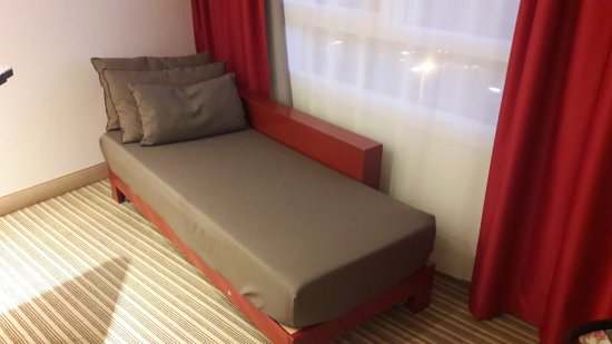 petit lit d 39 appoint picture of novotel suites montpellier montpellier tripadvisor. Black Bedroom Furniture Sets. Home Design Ideas