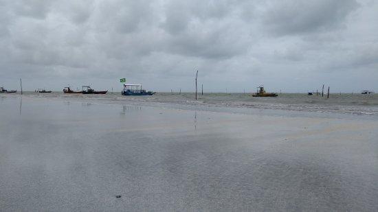 État d'Alagoas : Barcos próximo a praia e o local das cabanas