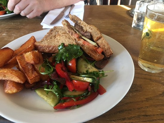 Chipperfield, UK: Hot beef sandwich with chips and dressed salad