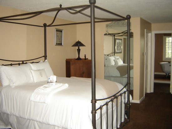 Vintage gardens bed breakfast b b newark ny prezzi for New york bed and breakfast economici