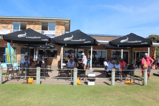 Sawtell, Australia: Outside seating with shade umbrellas